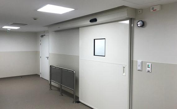 porte blanche étanche à l'air et coulissante à l'hôpital