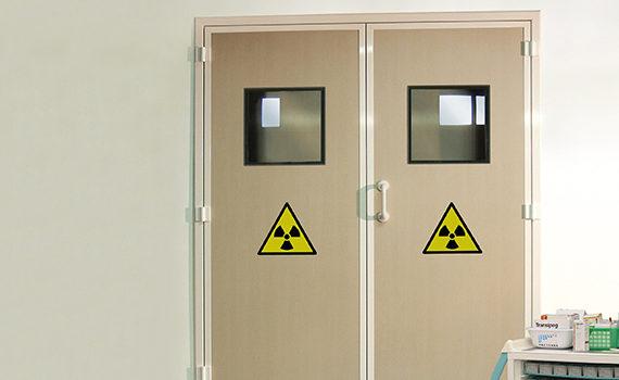 double porte battante anti rayons X dans un hôpital