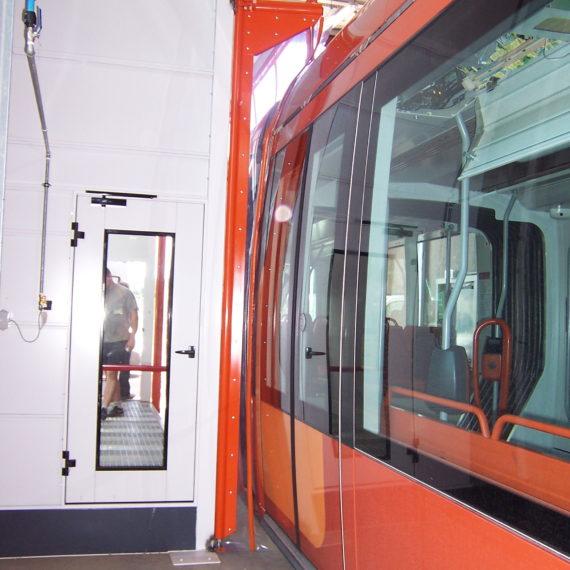 Tür mit flexiblen Blättern, die den Durchgang der Straßenbahnschienen öffnen