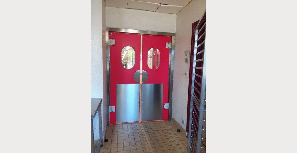 portes battantes en polyéthylène SPENLE dans un restaurant d'entreprise