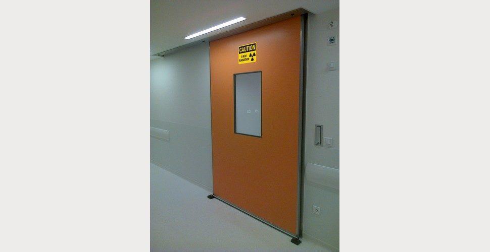 porte coulissante anti rayons X dans une salle de scanner, hôpital IDF