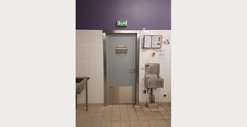 porte hydrofuge en polyéthylène SPENLE dans une cuisine scolaire